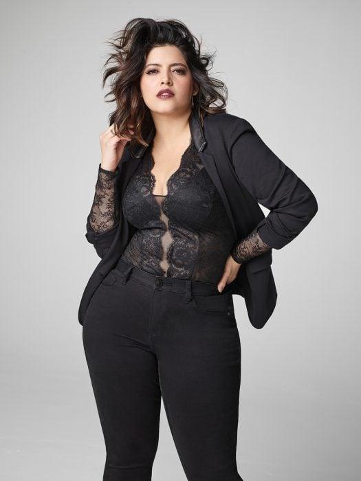 Denise Bidot modelando para una revista