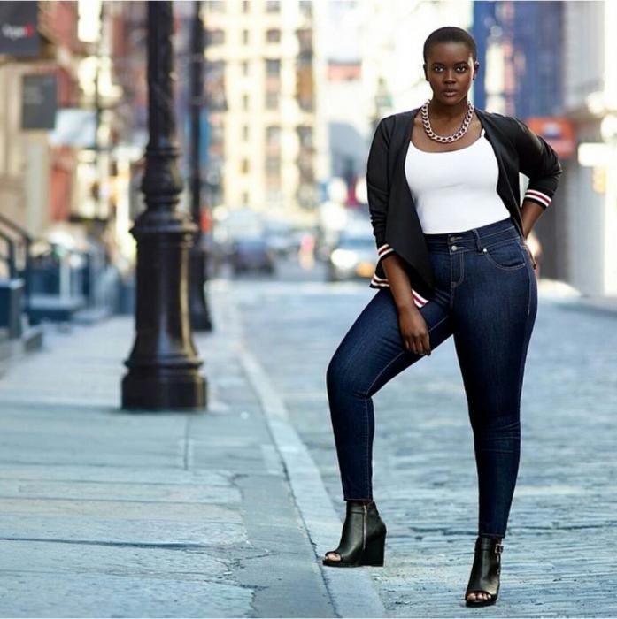 Modelo Philomena Kwao posando en la calle