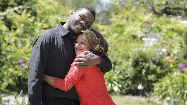 Hombre que fue rescatado por una mujer abrazándola años después