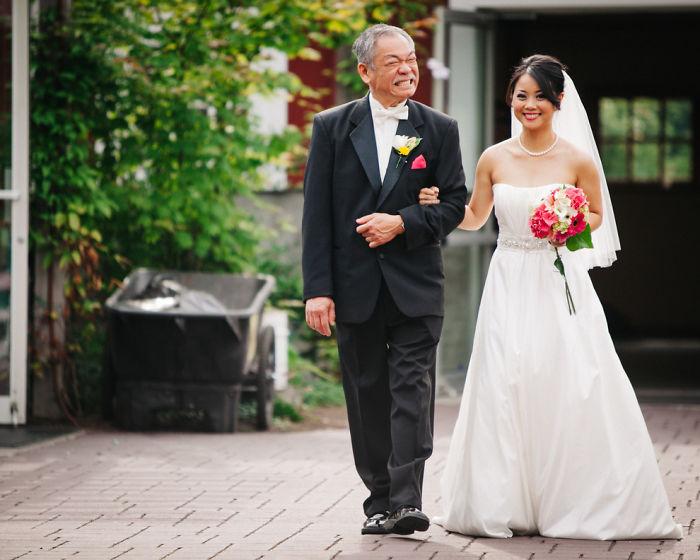 Padre llorando al ver a su hija vestida de novia por primera vez