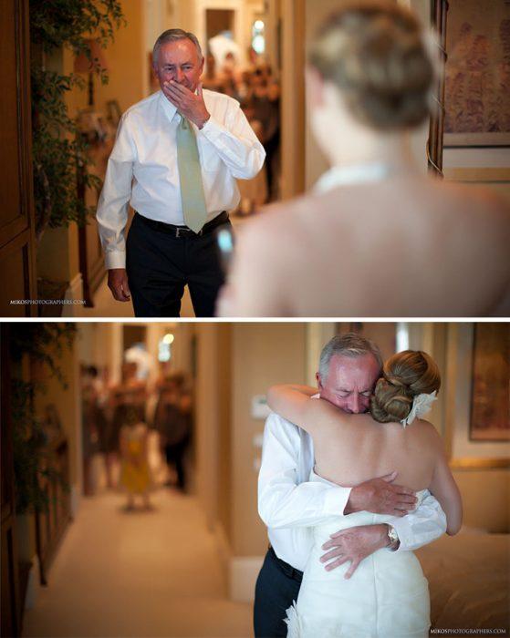 Padre viendo a su hija vestida de novia con cara de sorpresa, después la abraza
