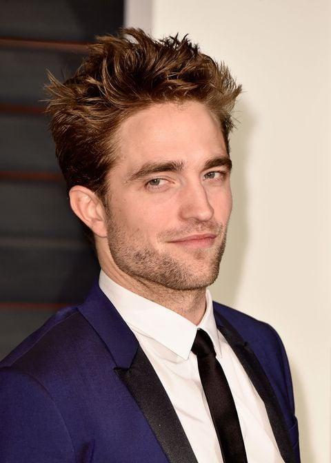 Robert Pattinson sonriendo durante una entrevista