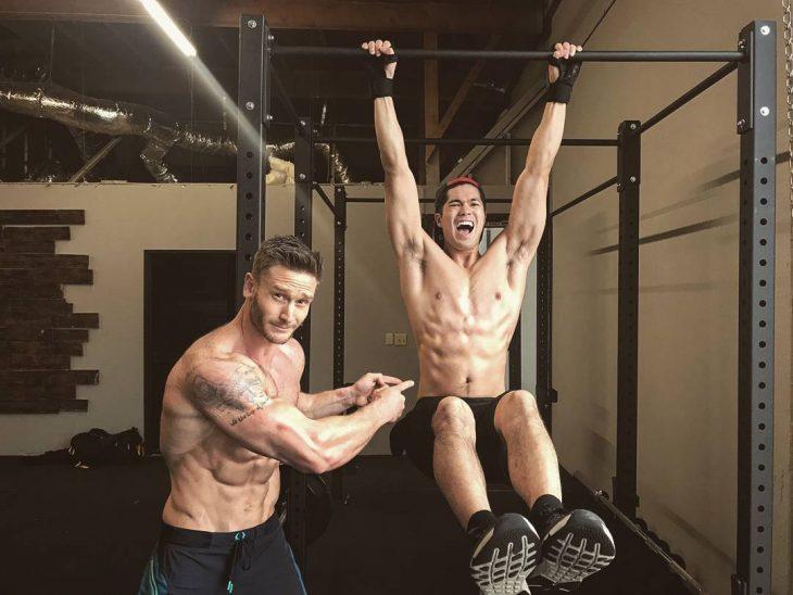 chico mostrando sus biceps