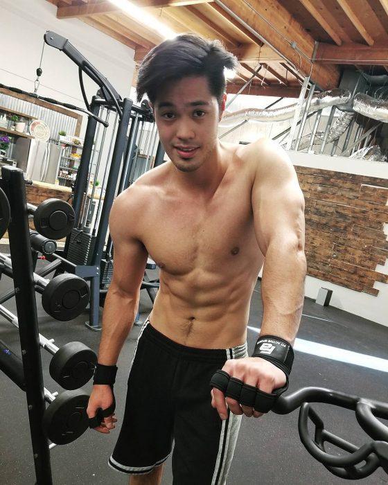 chico en el gimnasio