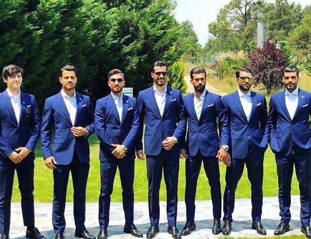 hombres con trajes azules