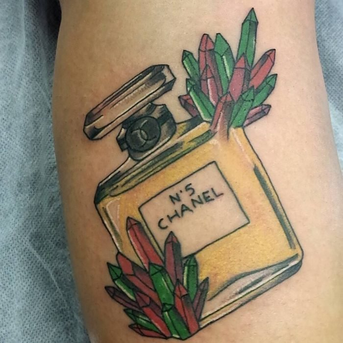 Tatuaje de maquillje con frasco de perfume chanel No. 5