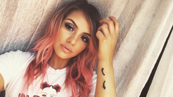 Tatuaje de maquillje con una chica con pestañas postizas