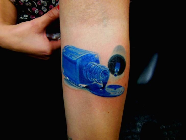 Tatuaje de maquillje con un esmalte derramado