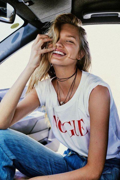 chica sonriendo dentro de un auto