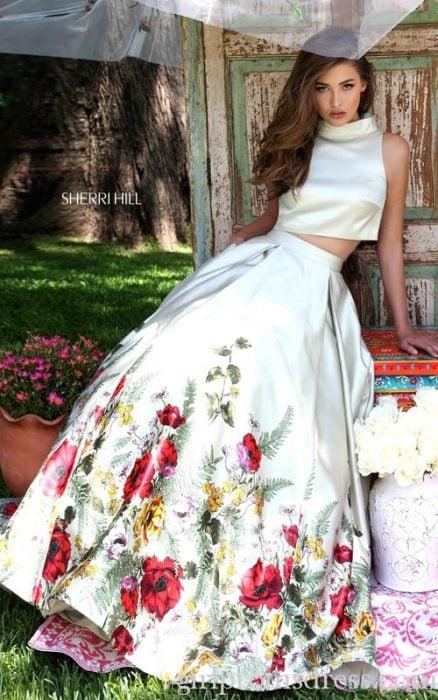 Chica usando un vestido con bordados al estilo mexicano
