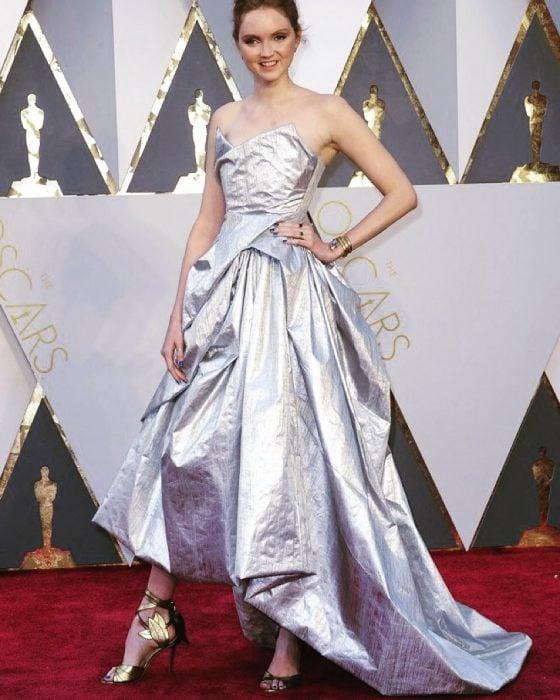 chica con vestido color plata