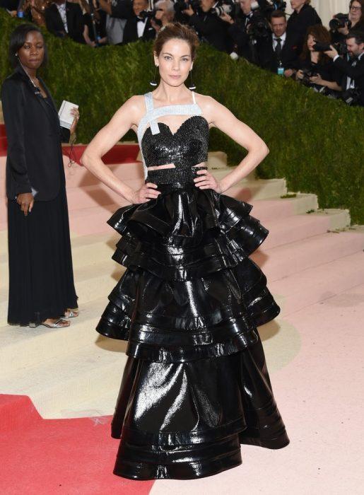 chica con vestido de bolsas