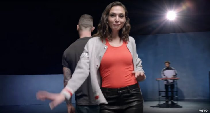 Gal gadot bailando en el nuevo video de Adam Levine Girls like you