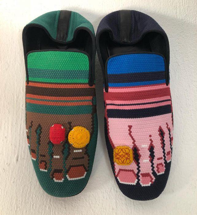 Zapatos artesanales con dedos pintados y anillos