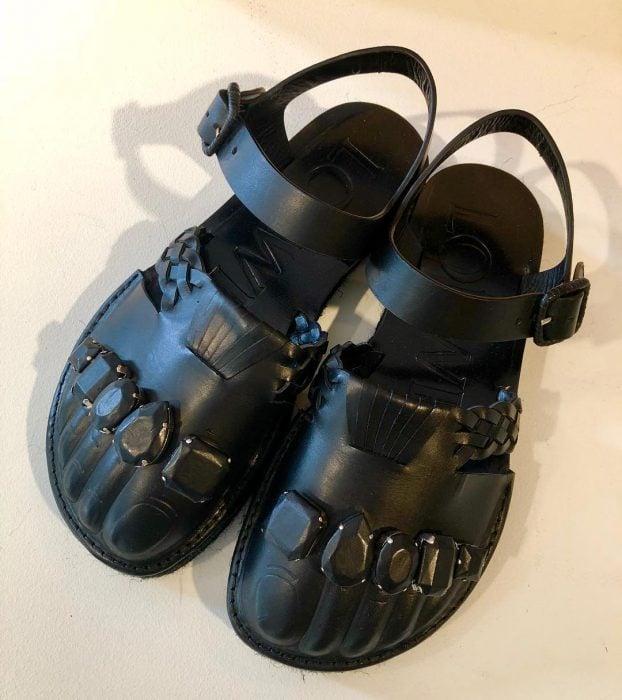 Zapatos/sandalias con dedos y anillos creadas por jonarhan Anderson