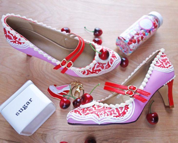zapatos con cerezas