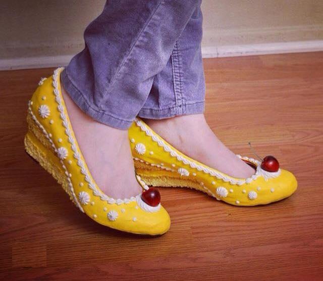 zapatos amarillos con cerezas