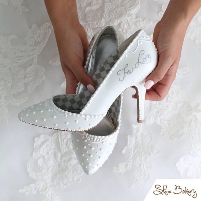 zapatos blancos de tacón afilado