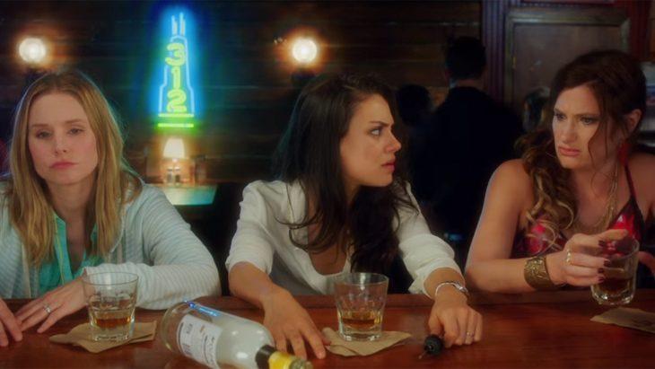 tres mujeres sentadas en la barra