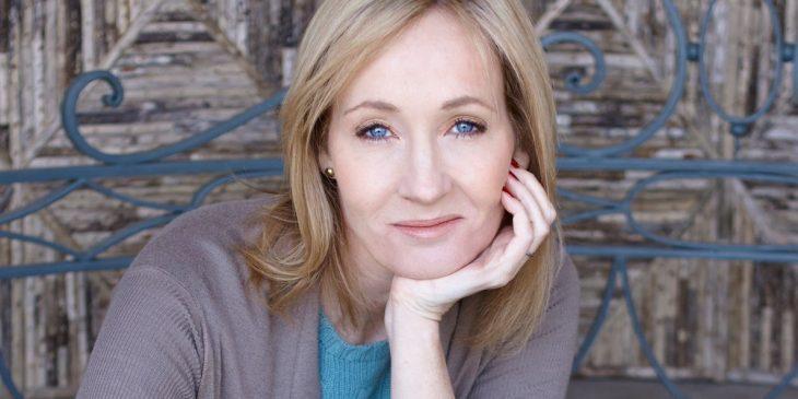 J.K. Rowling recargada en su mano