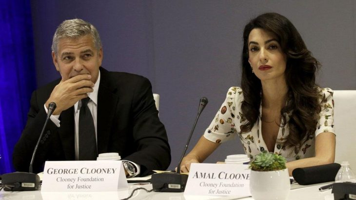 George Cloney y Amal en una conferencia