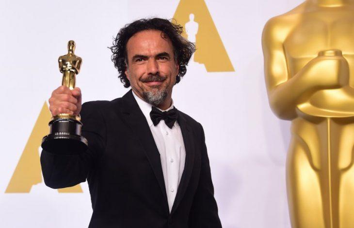 Alejandro González Iñárritu sosteniendo una estatuilla de los premios óscar