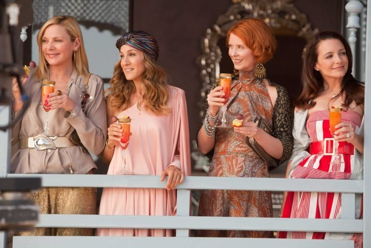 cuatro mujeres tomando bebidas