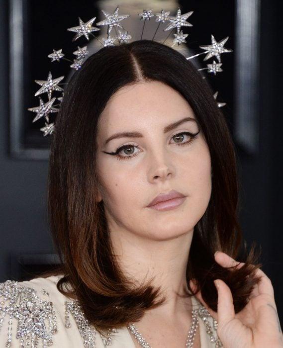 mujer cabello negro con corona