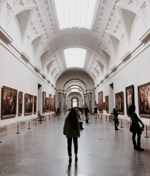 mujer en espacio grande galería