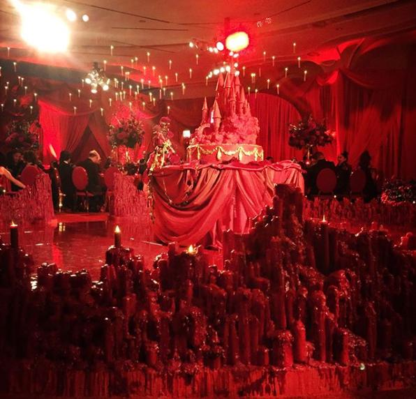 pastel de boda color rojo y velas en el suelo
