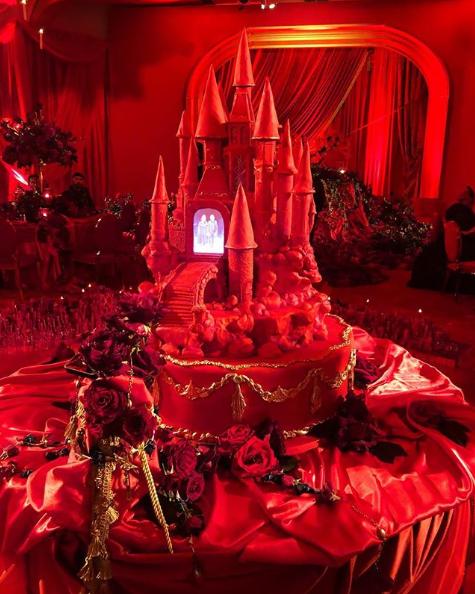 pastel en forma de castillo color rojo