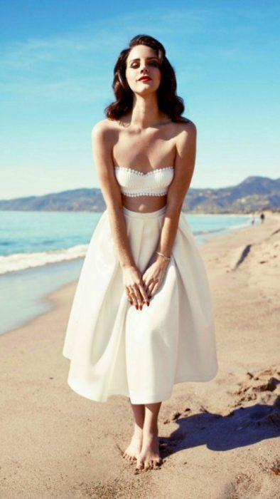 mujer con vestido blanco en la playa