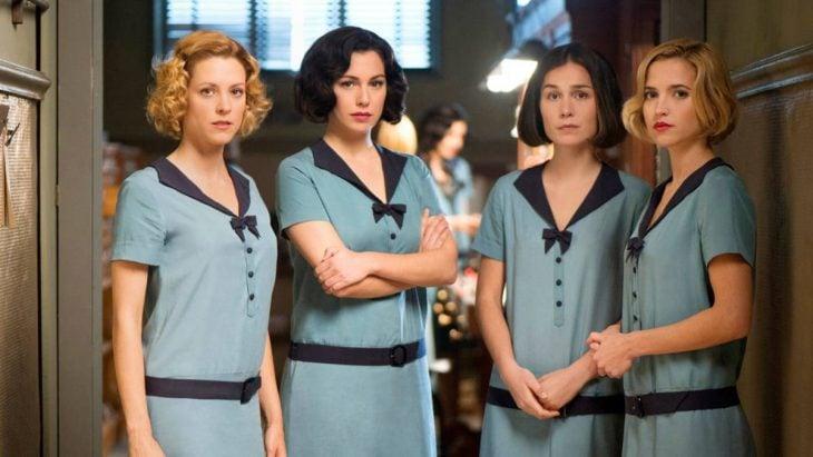 chicas usando vestido azul cielo en grupo