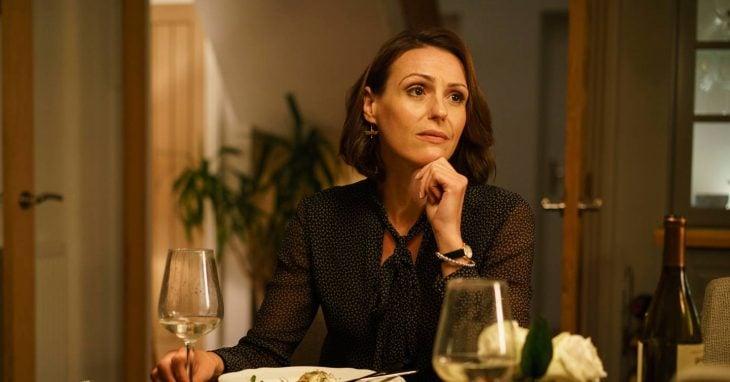 mujer cenan y bebiendo vino