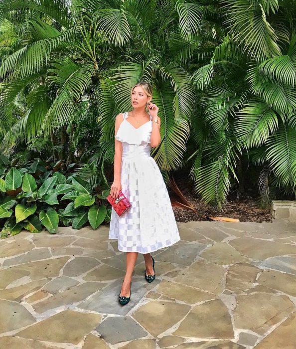 mujer con vestido blanco de verano