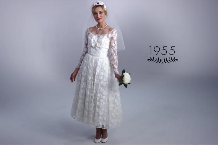 1955 mujer con ramo de boda y vestido de novia