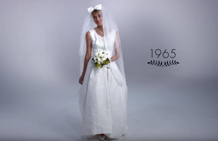 1965 mujer con ramo de boda y vestido de novia
