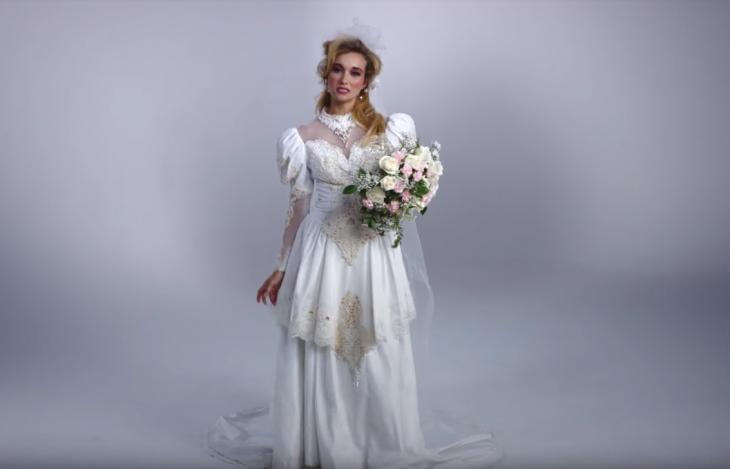 1985 mujer con ramo de boda y vestido de novia