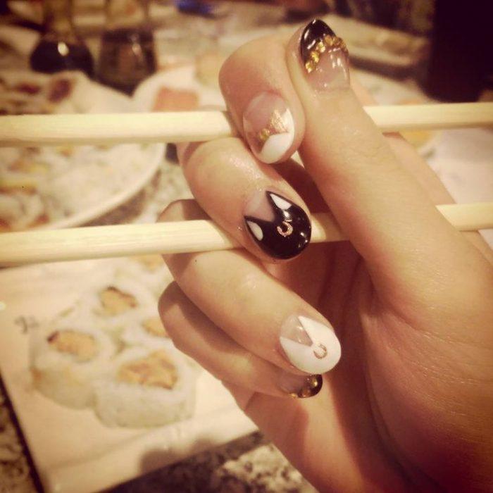 manos de mujer con palos chinos