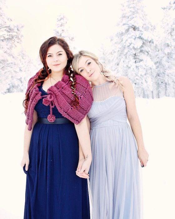 mujer con vestido azul y mujer con vestido azul cielo