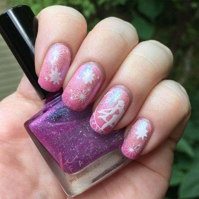 manos con uñas color rosa y esmalte