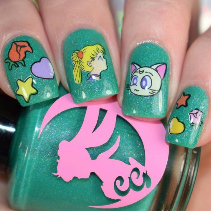 mano con uñas con color verde y esmalte