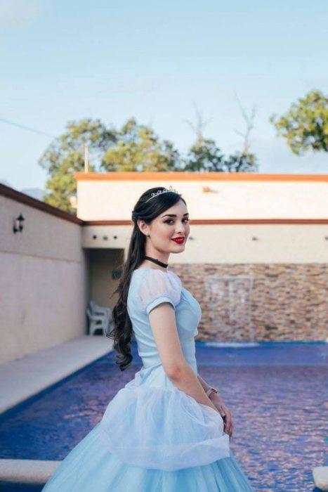mujer con cabello largo y vestido azul de princesa