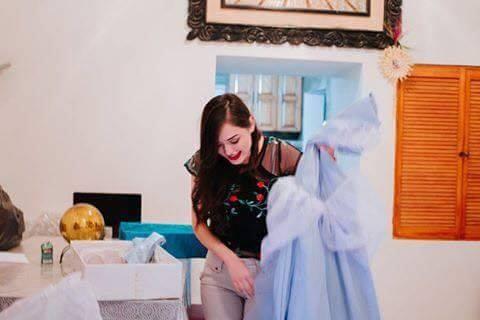 mujer con vestido de color azul