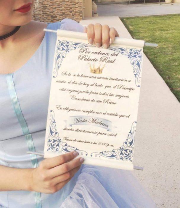 mujer con pergamino y vestido de princesa azul