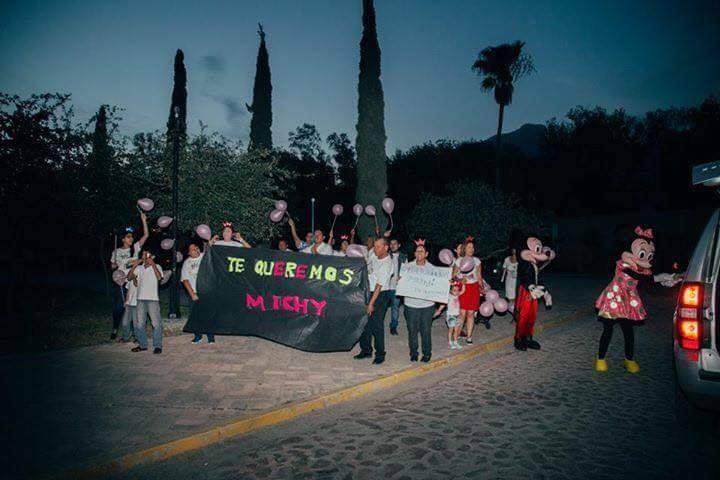 personas en la calle con pancarta