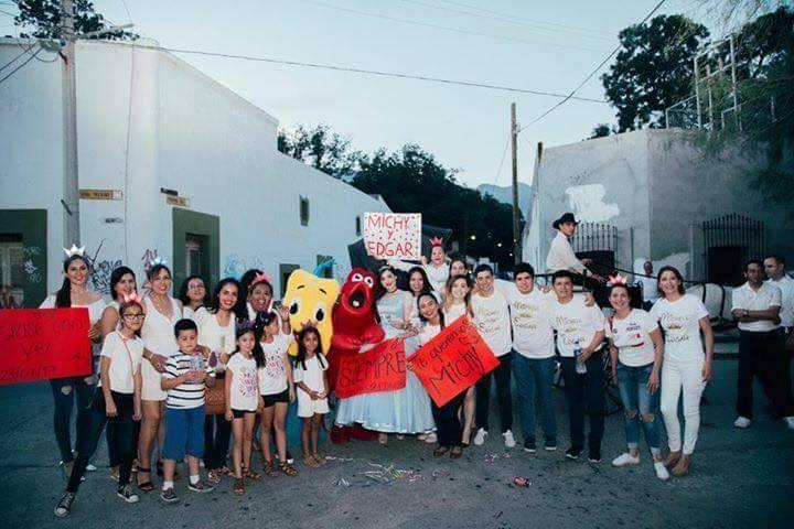 niños y niñas en la calle con pancartas