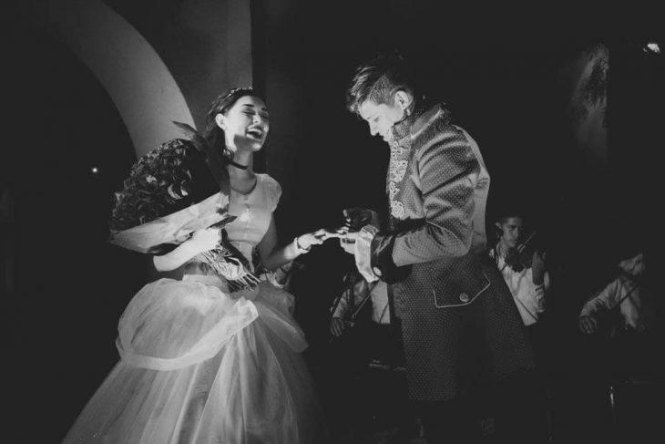 hombre y mujer con ramo de flores
