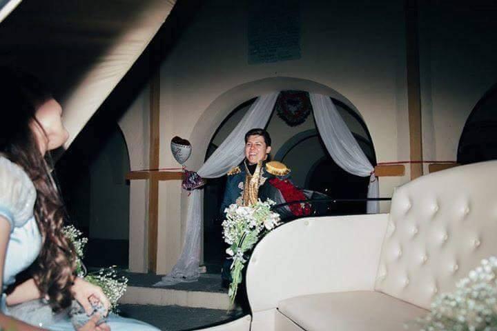 Hombre vestido de principe en carroza