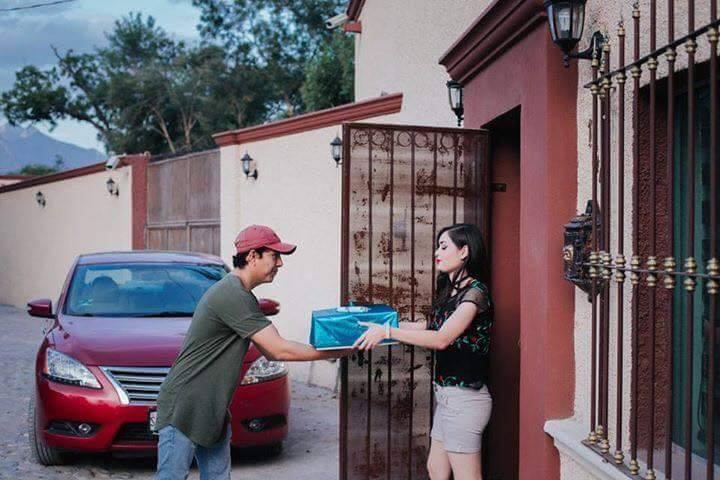 mujer recibe regalo en su casa